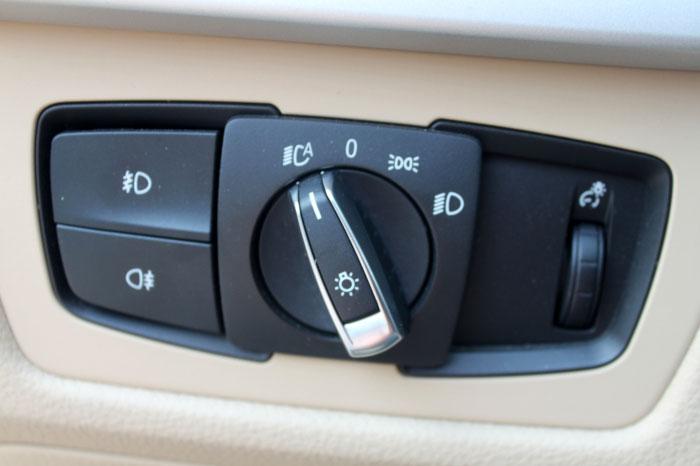新3系启用了全新平台,代号也从E变成了F,而这并不是一次简单的改款。宝马工程师必须在保证完美操控的前提下,将新3系的性能进行全面提升,很高兴的是这对宝马来说并不是什么难以攻克的难题,他们做到了。 如同我们所见到的,BMW3系的经典一直是它可以扬名的关键,在新3系诞生前,我一直在思考究竟宝马的设计师要如何才能够让新产品胜过老产品,这一关键更是要得到客户的认可,或许是我想得太多,当新3系展现在我眼前的时候,我瞬间就认为它已经超越了上一代,这种担心完全是多余的。